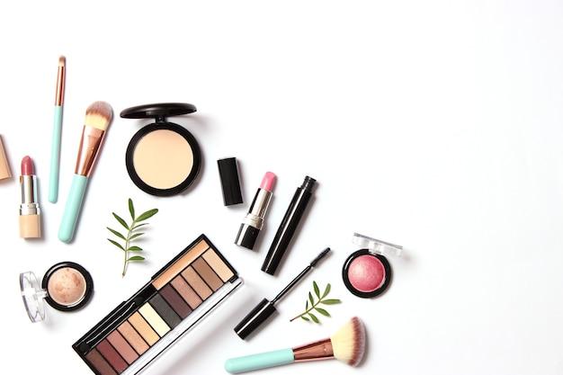 Профессиональные инструменты для макияжа. косметическая продукция. набор различных средств для макияжа. фото высокого качества