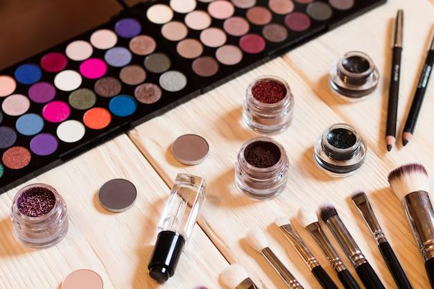 装飾化粧品のプロのメイクアップ顔セット