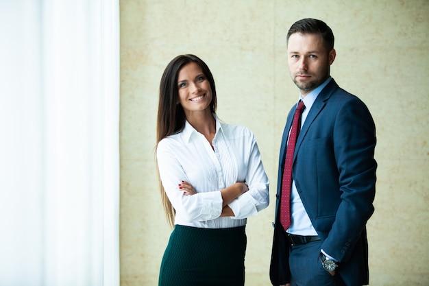 Профессиональные деловые партнеры мужского и женского пола встречаются, чтобы обсудить стратегию планирования для общего стартап-проекта.