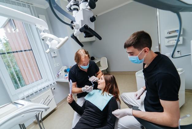 歯科治療で最新の技術を使用しているプロの男性歯科医、口腔病学の複雑な症例。オーラルケアのコンセプト