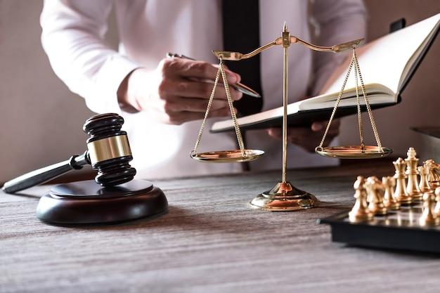 法廷でテーブルに座って書類に署名する専門の男性弁護士