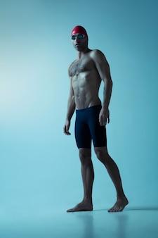 Профессиональный пловец в шляпе и очках в движении и действии