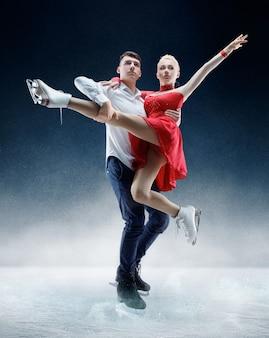 Профессиональные фигуристы мужчины и женщины выступают на ледовом шоу