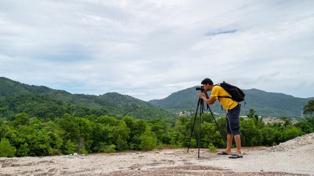 高山でのプロの男性写真撮影タイのプーケットでの風景自然の眺め。