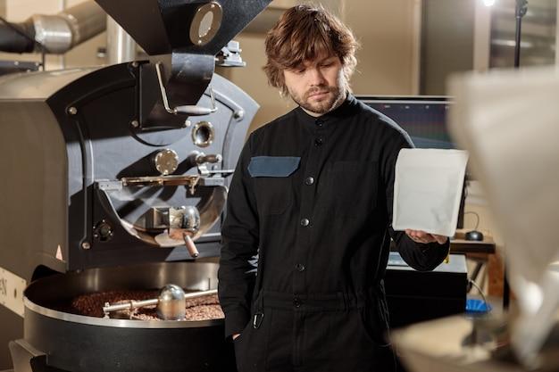 전문 남자 로스터는 커피 팩을 선물
