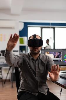 증강 현실 헤드셋으로 몸짓을 하는 전문 남자 비디오그래퍼, 포스트 프로덕션 프로그램에서 영화 몽타주