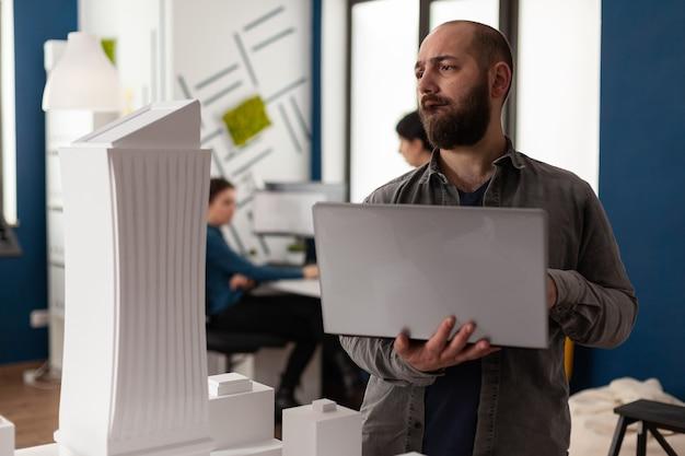 사무실에서 건축가로 일하는 전문 남자