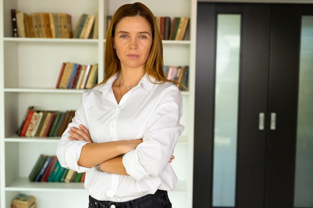 팔으로 서 전문 관리자 넘어, 행복 확신 비즈니스 여자 기업 지도자 보스 사무실에서 포즈, 얼굴 만 초상화를 닫습니다. 고용 개념