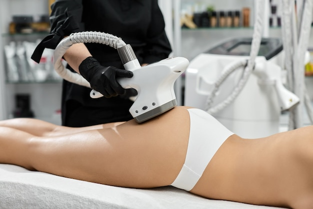 Профессиональный массажист с аппаратом lpg для лечения женской попки