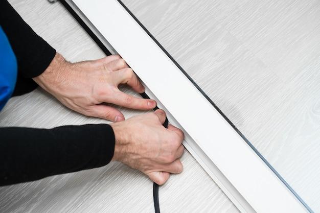 窓の修理と取り付けのプロのマスター、pvc窓のゴム製シールガスケットを交換
