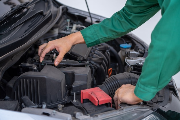 車の修理とメンテナンスサービスを提供するプロの整備士の手
