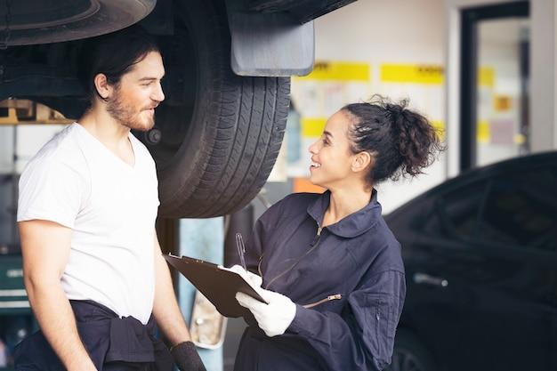 자동차 타이어 서비스 전문 기계 직원, 차고에서 좋은 기술 서비스