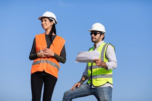 建設現場で働くプロの機械エンジニアチーム