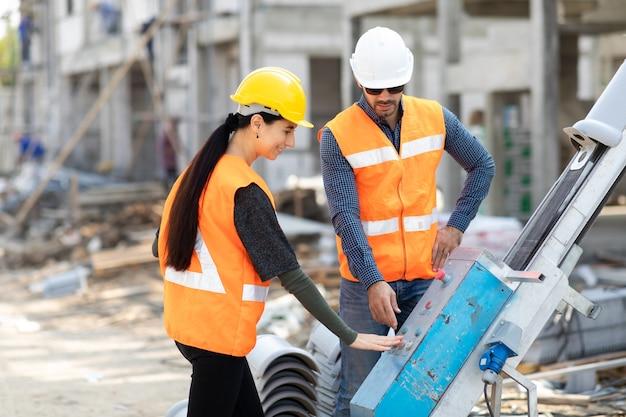 Профессиональная команда инженеров-механиков, работающих на строительной площадке.