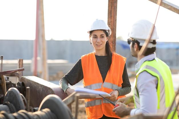 Профессиональный инженер-механик teamwokr. менеджер по строительству и инженер, работающие на строительной площадке.