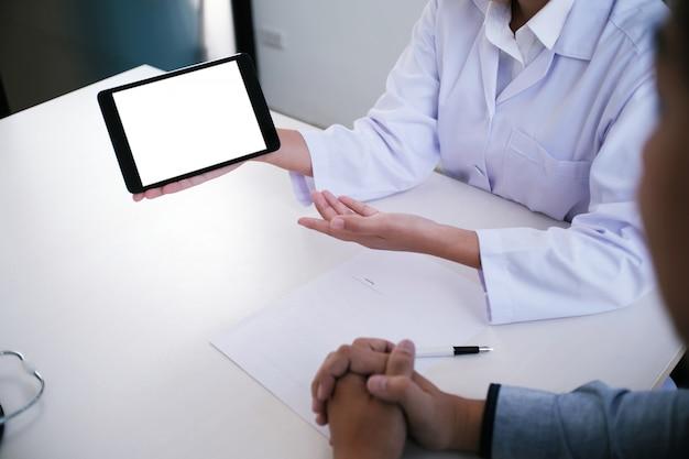 흰색 유니폼 가운 코트 인터뷰 컨설팅 환자의 전문 의사
