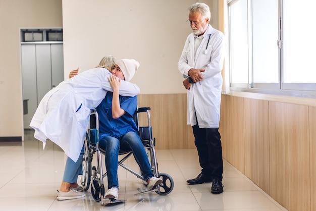 Профессиональная команда врачей со стетоскопом в униформе обсуждает и обнимает