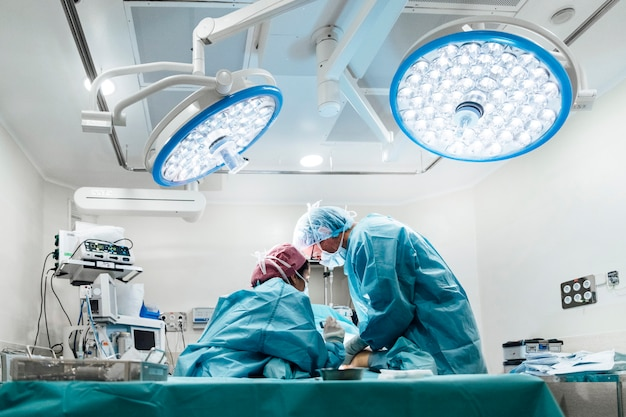 Профессиональная медицинская команда, выполняющая операцию в больнице