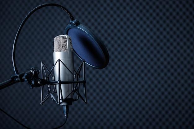 Профессиональный микрофон в студии звукозаписи с пустой копией пространства фона