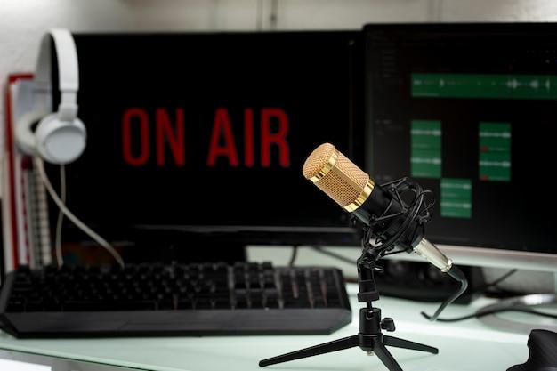 ポッドキャスト放送またはラジオスピーチ用の作業台にあるプロ仕様のマイク