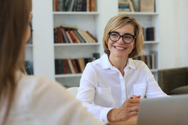 전문 중년 여성 심리학자가 상담을 진행합니다.