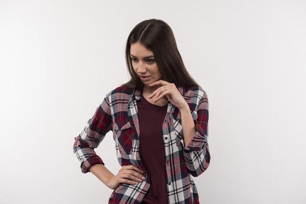 Профессиональная модель. веселая привлекательная женщина трогает подбородок во время фотосессии