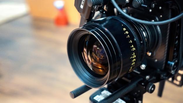 Obiettivo della macchina da presa professionale su un set cinematografico