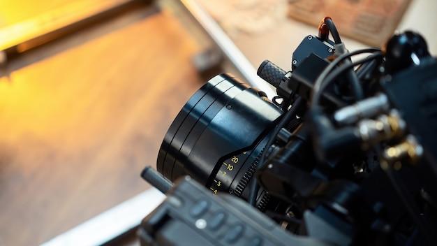 Объектив профессиональной кинокамеры на съемочной площадке