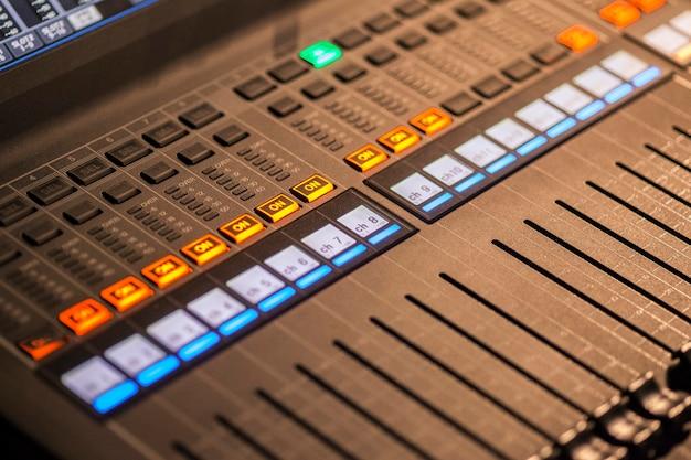 라이브 오디오 트랙을 믹싱하는 데 사용되는 전문 멀티트랙 오디오 믹서
