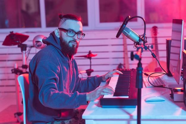 自宅のデジタルスタジオのプロのミュージシャンレコーディングシンセサイザー、音楽制作技術