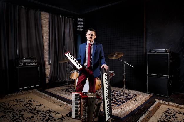 Профессиональный музыкант со студийным клавишным синтезатором