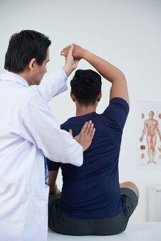 환자와 함께 일하는 전문 정골 요법
