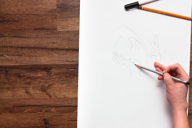 전문 화가 백서에 pensil로 손을 그립니다.