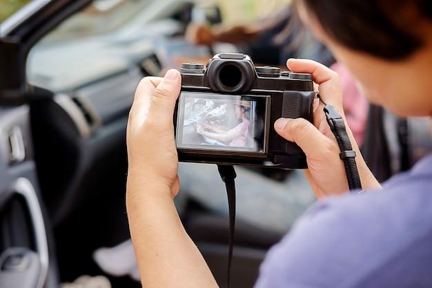 Профессиональный фотограф, фокусирующийся на фотографии, чтобы сделать снимок.