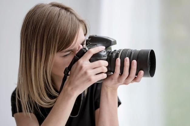Профессиональный фотограф в действии концепции