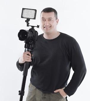흰색에 tripod.isolated 근처에 서 있는 전문 사진 작가.
