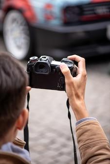 전문 사진 작가가 거리에서 자동차 사진을 찍습니다.