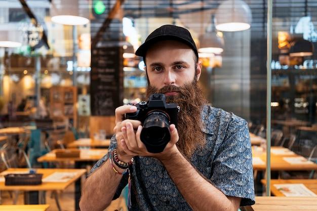 通りで写真を撮るプロの写真家