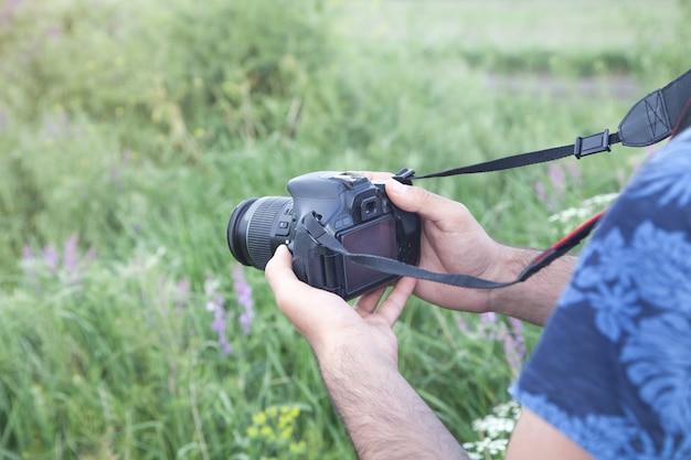 自然の中で写真を撮るプロの写真家。