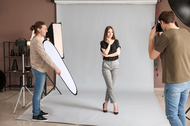 스튜디오에서 모델 작업 전문 사진 작가