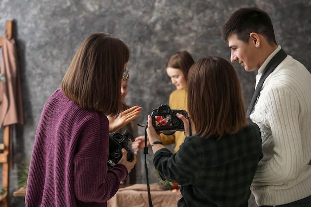 Профессиональные фотографы, работающие вместе в студии