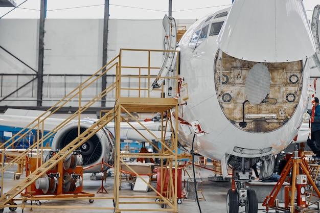 대형 격납고에서 전문적인 비행기 추방 서비스