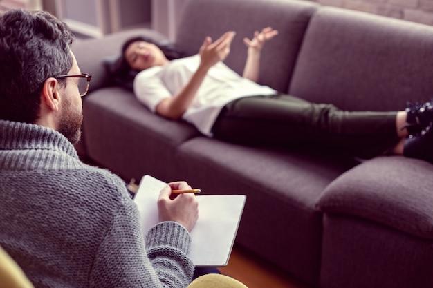 プロの心理学者。患者の話を聞きながらメモを保持している医師の選択的な焦点