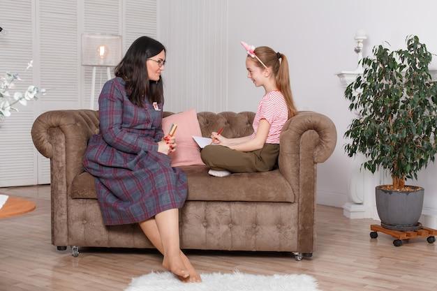Профессиональный психолог с девочкой-подростком. женщина предлагает нарисовать картину