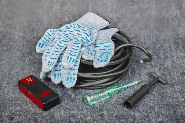 電気技師が電気機器を設置および修理するための専門的な修理ツール