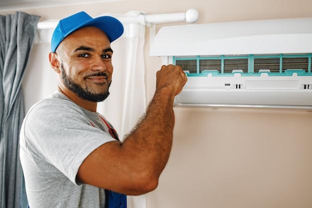 Профессиональный ремонтник, установка кондиционера в комнате