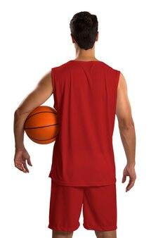 ボールを持つプロのロシアのバスケットボール選手。空白で隔離。