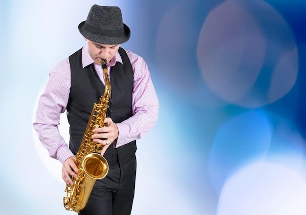Профессиональный саксофонист крупным планом