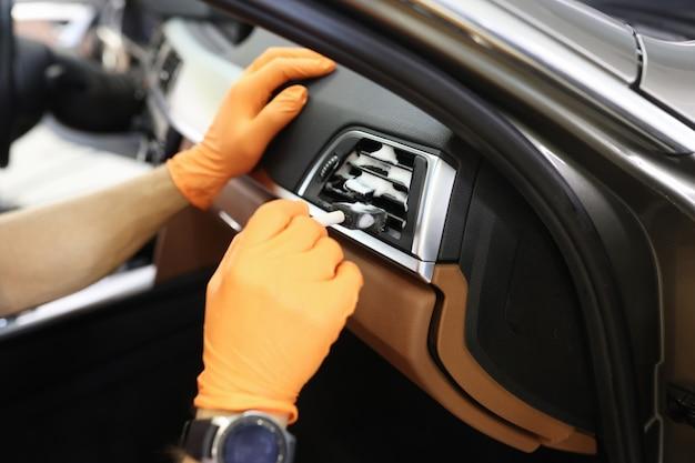 Профессиональное обслуживание системы очистки воздуха автомобиля концепция услуг автомойки