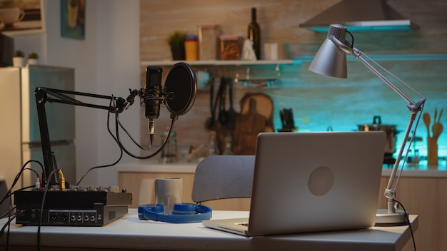 Vlogger의 홈 스튜디오에서 팟캐스트를 녹음하기 위한 전문 설정입니다. 프로덕션 마이크를 사용하여 소셜 미디어 콘텐츠를 녹음하는 인플루언서. 디지털 웹 인터넷 스트리밍 스테이션
